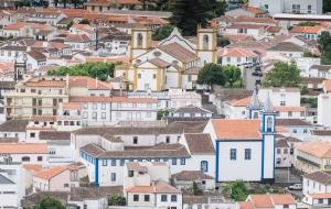 Ausblick von einem Monument auf Praia da Vitoria auf Terceira