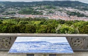 Monte Brasil über Angra do Heroismo mit Blick auf die Stadt auf Terceira
