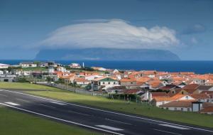 Santa Cruz Flughafen Landebahn Blick in die Stadt